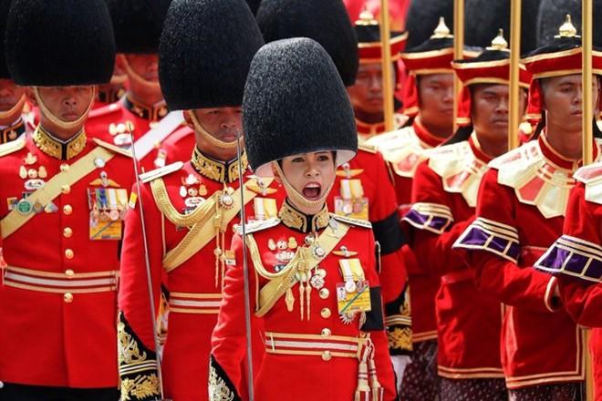 Ảnh: Vẻ đẹp của nữ tướng vừa được sắc phong làm Hoàng hậu Thái Lan - Ảnh 10.