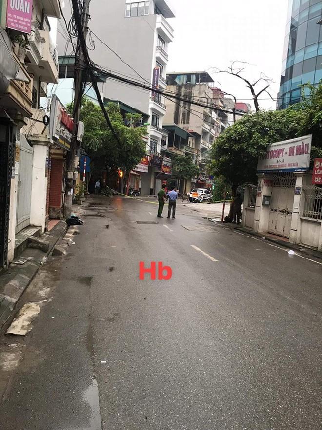 Phong tỏa cả tuyến phố ở Hà Nội để bắt 3 con chó lao ra từ xe Mazda - Ảnh 3.