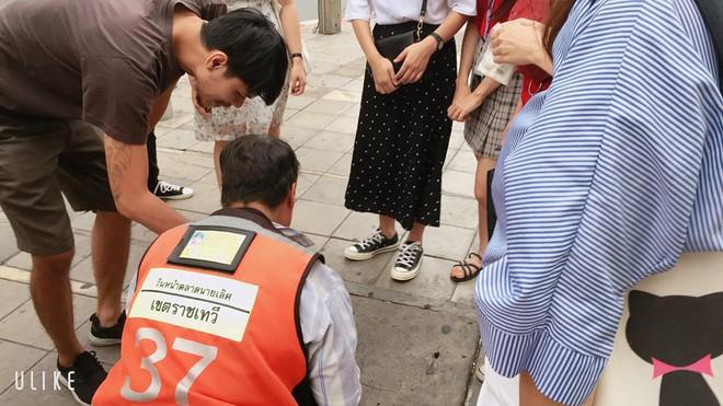 Nữ tài xế Thái Lan chui xuống cống tìm đồng hồ 3 triệu cho cô gái Việt - Ảnh 2.