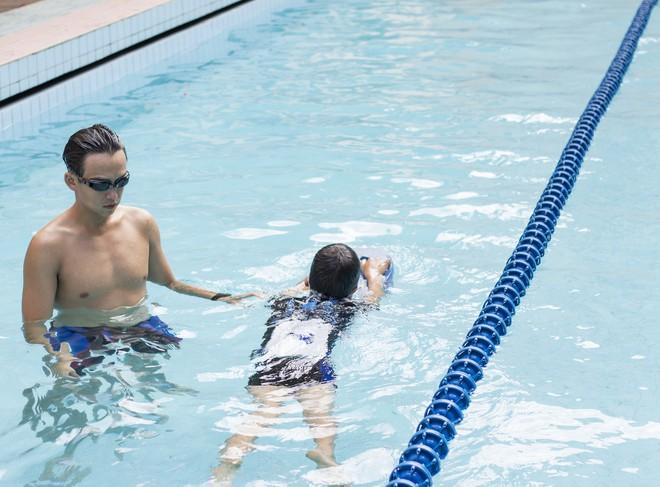 MC Quang Bảo bơi 100km để gây quỹ từ thiện - Ảnh 1.
