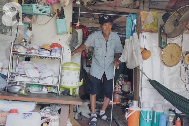 Chuyện tình sâu đậm của ông cụ 85 tuổi, hàng ngày đi lượm ve chai, bán vé dò nuôi vợ liệt giường - Ảnh 1.