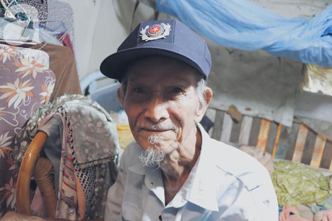Chuyện tình sâu đậm của ông cụ 85 tuổi, hàng ngày đi lượm ve chai, bán vé dò nuôi vợ liệt giường - Ảnh 2.