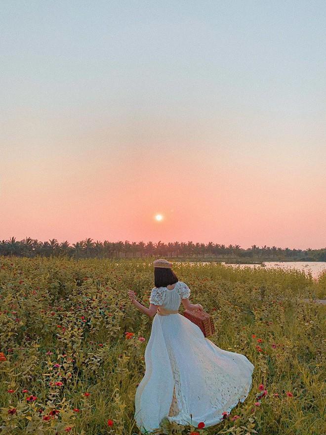 """Lướt mỏi tay loạt ảnh check-in """"thật là vàng tươi"""" của giới trẻ ở vườn hoa hướng dương mới xuất hiện ngay gần Hà Nội, không đi nhanh kẻo phí cả mùa hè - Ảnh 7."""
