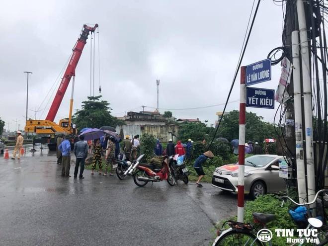 Mất lái, xe tải húc văng thành cầu, lao xuống sông Điện Biên nằm - Ảnh 4.