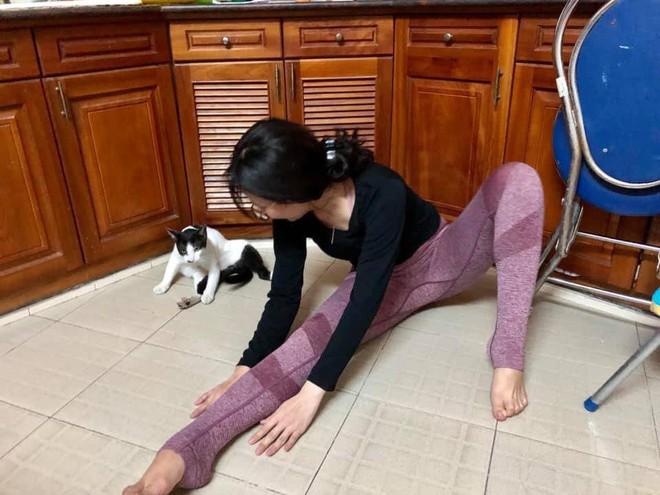 Cô gái đang tập Yoga thì phát hiện loạt phản ứng không ngờ từ chú mèo ngồi bên cạnh - Ảnh 5.