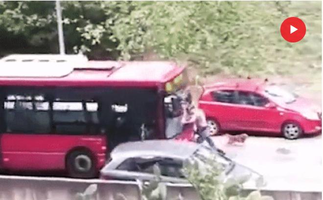Cố tình đứng chặn đường khiêu khích, người đàn ông bị xe buýt đâm thẳng, dồn ngã vào góc