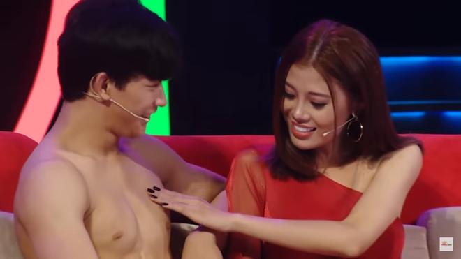 """Người mẫu Cẩm Tú gây """"choáng"""" khi động chạm body 6 múi của mỹ nam trên truyền hình - Ảnh 4."""
