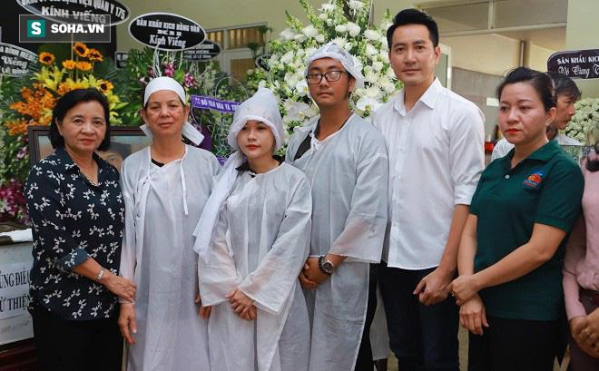 Gia đình nghệ sĩ Lê Bình làm 1 điều bất ngờ trong đêm cuối cùng khiến ai cũng xúc động