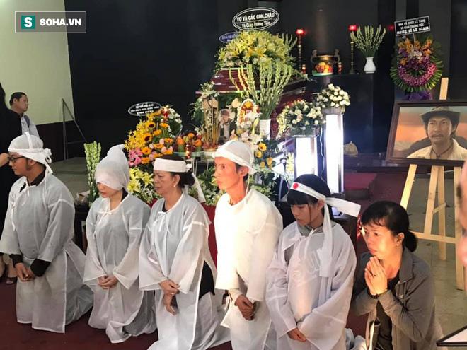 Vợ cũ, con gái, các nghệ sĩ đau đớn đưa tiễn Lê Bình về nơi an nghỉ cuối cùng - Ảnh 3.