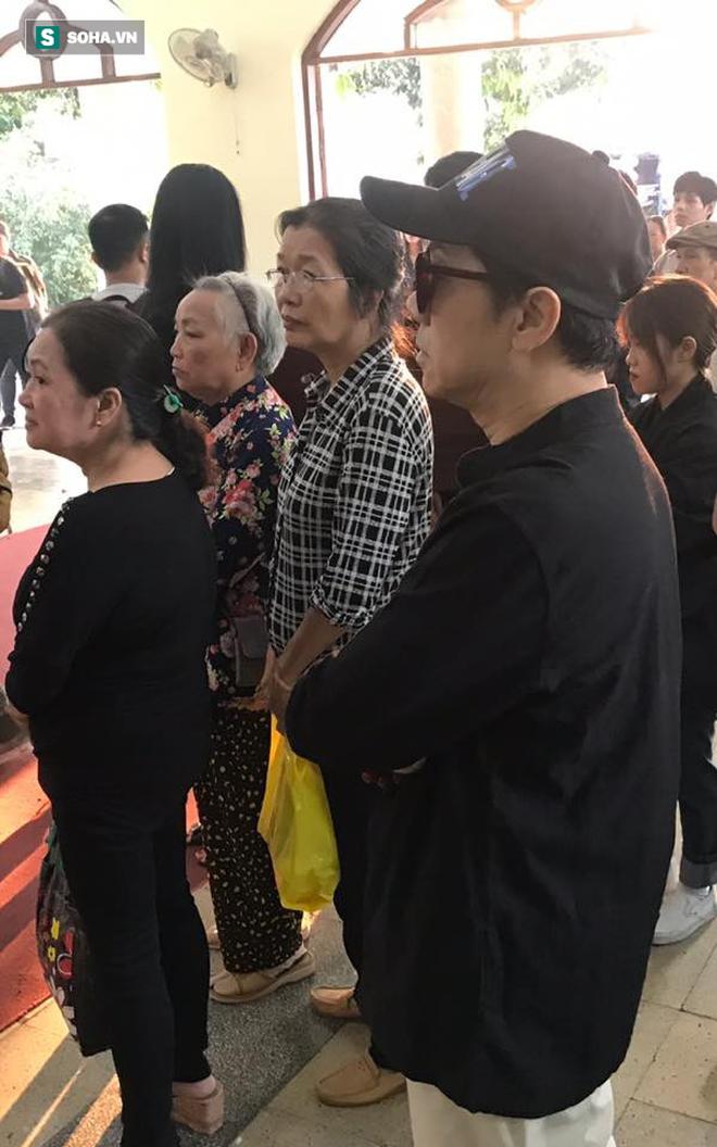 Vợ cũ, con gái, các nghệ sĩ đau đớn đưa tiễn Lê Bình về nơi an nghỉ cuối cùng - Ảnh 9.