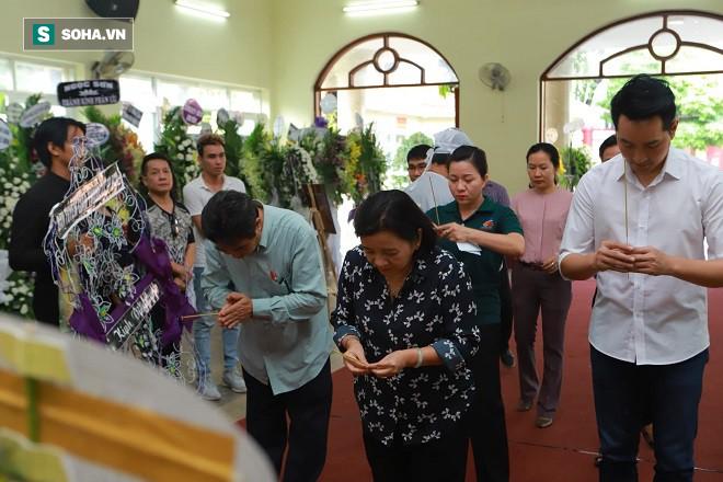 Gia đình nghệ sĩ Lê Bình làm 1 điều bất ngờ trong đêm cuối cùng khiến ai cũng xúc động - Ảnh 1.
