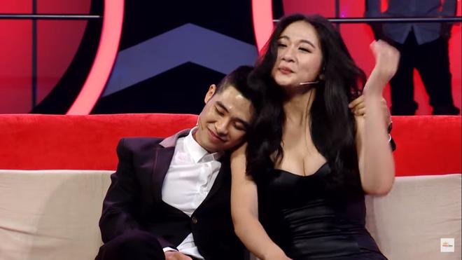 Khán giả sốc với cảnh hot girl siêu vòng 1 mặc hở hang, cho trai tựa đầu vào ngực trên truyền hình - Ảnh 8.
