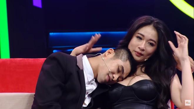 Khán giả sốc với cảnh hot girl siêu vòng 1 mặc hở hang, cho trai tựa đầu vào ngực trên truyền hình - Ảnh 6.