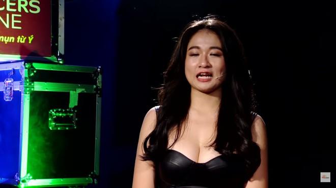 Khán giả sốc với cảnh hot girl siêu vòng 1 mặc hở hang, cho trai tựa đầu vào ngực trên truyền hình - Ảnh 1.