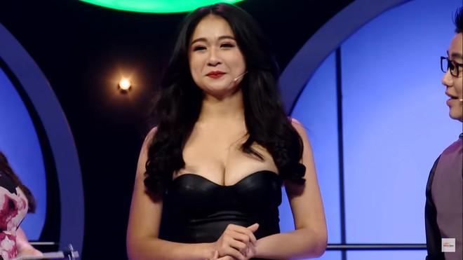 Khán giả sốc với cảnh hot girl siêu vòng 1 mặc hở hang, cho trai tựa đầu vào ngực trên truyền hình - Ảnh 3.