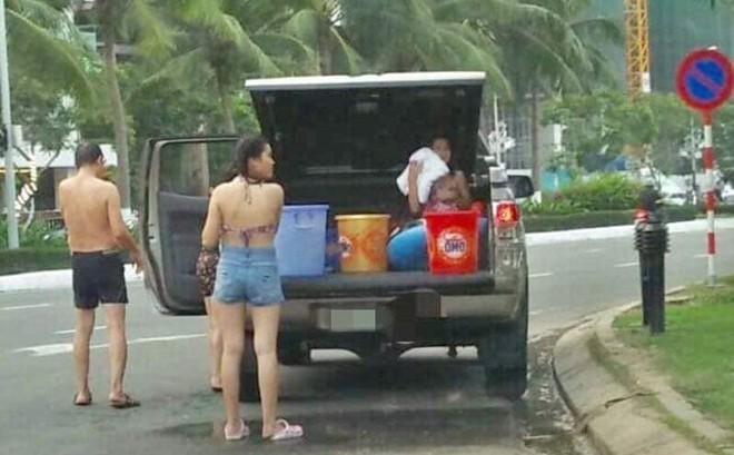 Cả gia đình dừng đỗ xe dù có biển cấm để... tắm giữa đường ở Đà Nẵng