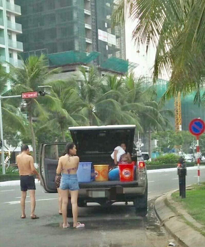 Cả gia đình mang nước từ nhà, tráng giữa đường sau khi tắm biển, chỗ đỗ xe càng gây bức xúc - Ảnh 1.