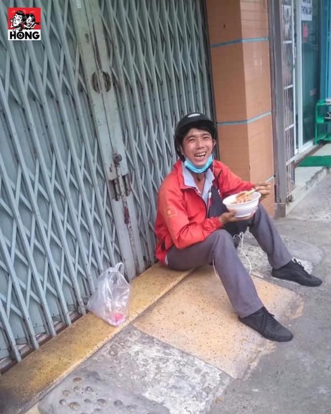 Anh shipper ngồi ngoài cửa nhà ăn mì, nhìn thì vui nhưng câu chuyện bên lề lại cay đắng - Ảnh 1.