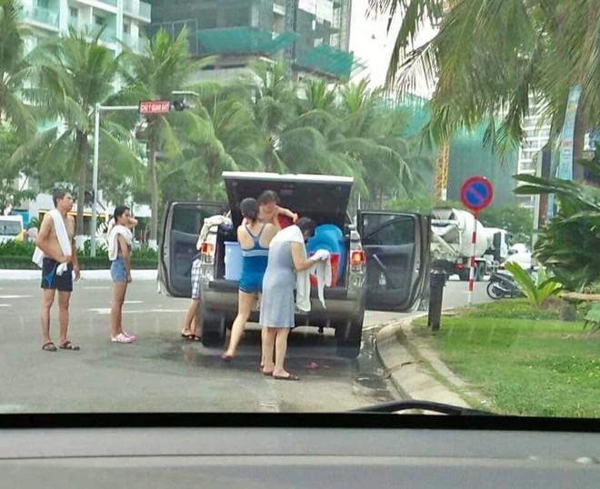 Cả gia đình mang nước từ nhà, tráng giữa đường sau khi tắm biển, chỗ đỗ xe càng gây bức xúc - Ảnh 2.