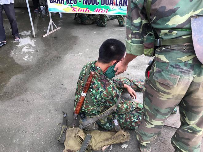 Hà Nội: Xe chở bộ đội ra thao trường bị lật, nhiều chiến sỹ bị thương - Ảnh 4.