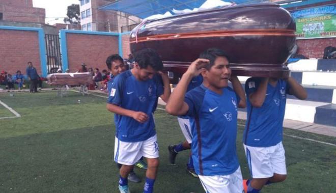 12 đội bóng so tài mỗi năm để giành lấy... mấy cỗ quan tài trong một giải đấu độc nhất vô nhị tại Peru - Ảnh 2.