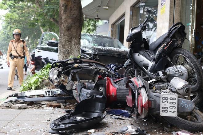 Hiện trường ô tô điên đâm 6 xe máy trên vỉa hè gần hồ Tây - Ảnh 7.