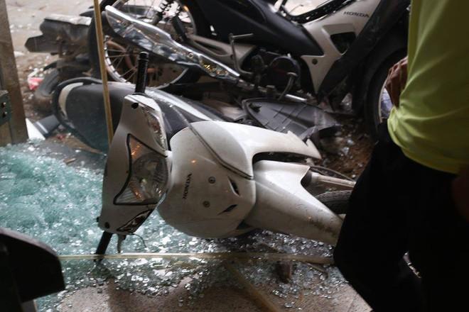 Hiện trường ô tô điên đâm 6 xe máy trên vỉa hè gần hồ Tây - Ảnh 8.