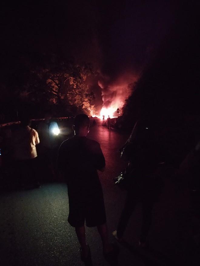 Xe khách giường nằm bốc cháy dữ dội, 30 hành khách tháo chạy thoát thân - Ảnh 1.