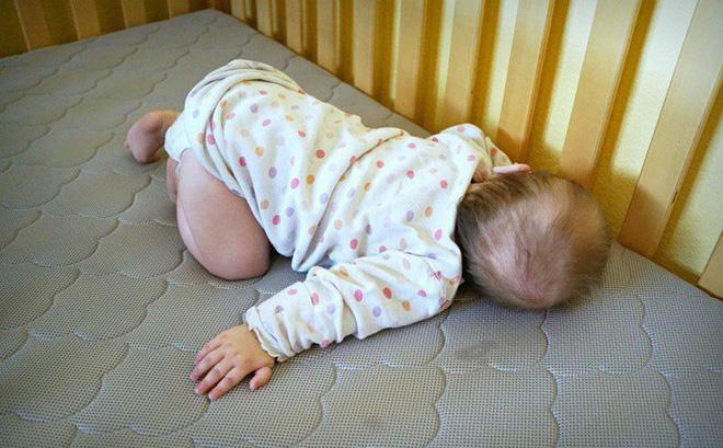 Bé trai 10 tháng tuổi người lạnh toát và ra đi trong giấc ngủ, đằng sau đó là lời cảnh báo về sai lầm mà nhiều cha mẹ có thể sẽ mắc phải