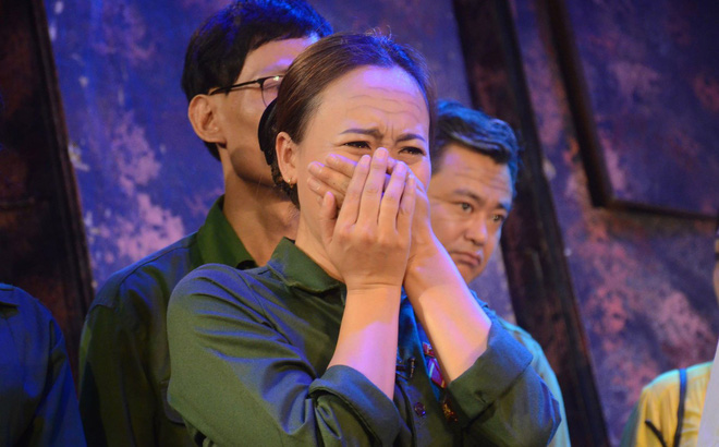Nhiều người khóc trong đêm diễn ủng hộ gia đình nhân viên Nhà hát Kịch bị xe tông tử vong