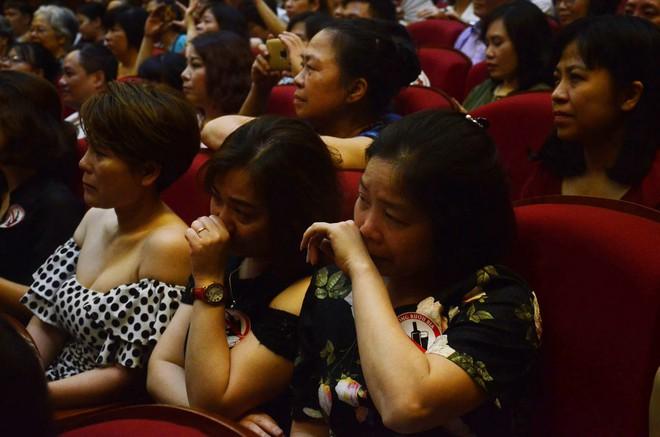 Nhiều người khóc trong đêm diễn ủng hộ gia đình nhân viên Nhà hát Kịch bị xe tông tử vong - Ảnh 4.