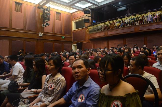 Nhiều người khóc trong đêm diễn ủng hộ gia đình nhân viên Nhà hát Kịch bị xe tông tử vong - Ảnh 3.