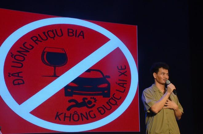 Nhiều người khóc trong đêm diễn ủng hộ gia đình nhân viên Nhà hát Kịch bị xe tông tử vong - Ảnh 6.