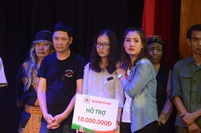 Nhiều người khóc trong đêm diễn ủng hộ gia đình nhân viên Nhà hát Kịch bị xe tông tử vong - Ảnh 7.