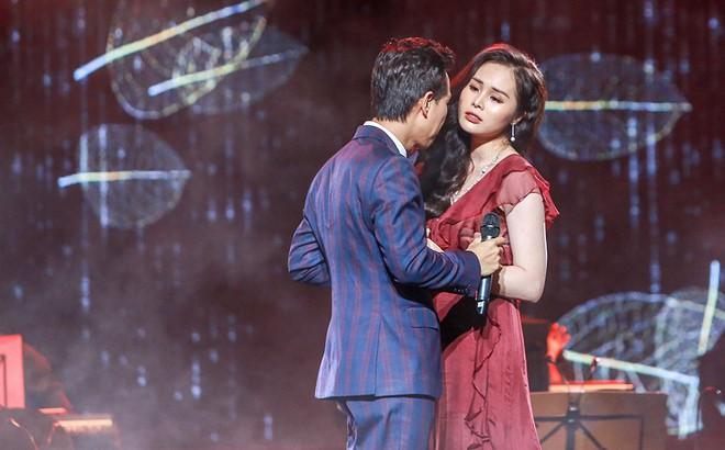Vợ chồng Lê Anh Dũng - Lê Trinh hát tình tứ trong đêm nhạc của Lê Xuân Bắc