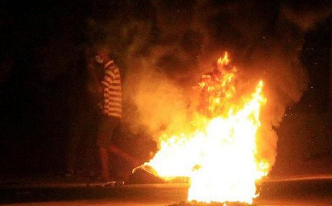 Đổ xô lấy dầu từ xe tải lật, 55 người bị lửa thiêu chết
