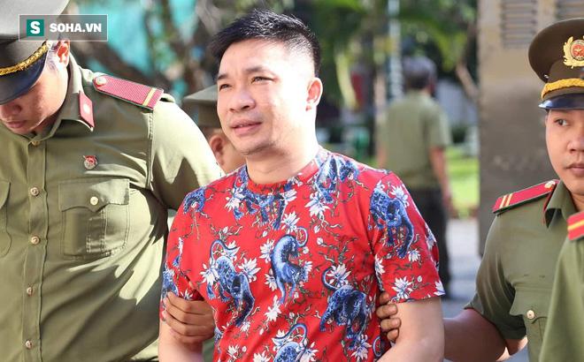 Ông trùm Văn Kính Dương mặc áo hoa họa tiết hổ, bình thản đến tòa