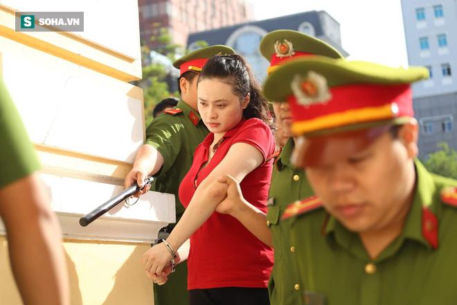Ông trùm Văn Kính Dương mặc áo hoa họa tiết hổ, bình thản đến tòa - Ảnh 1.