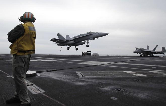 Mỹ chẳng thiếu máy bay ném bom ở xung quanh Iran, điều tàu sân bay tới vịnh Ba Tư để làm gì? - Ảnh 2.