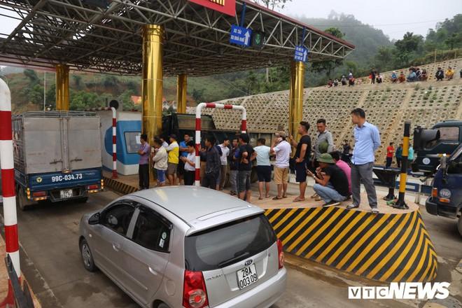 Ảnh: Dân mang ô tô ra chặn trạm BOT Hòa Lạc - Hòa Bình, tắc đường hàng cây số - Ảnh 1.