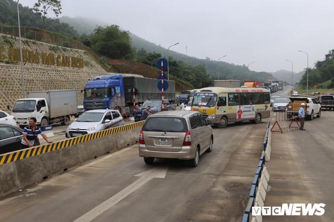 Ảnh: Dân mang ô tô ra chặn trạm BOT Hòa Lạc - Hòa Bình, tắc đường hàng cây số - Ảnh 2.