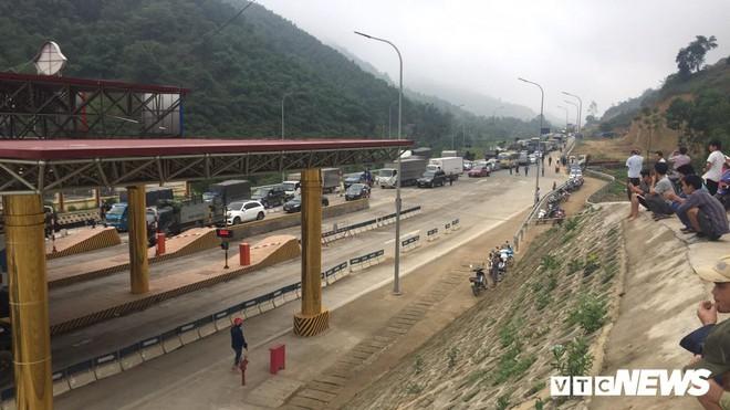 Ảnh: Dân mang ô tô ra chặn trạm BOT Hòa Lạc - Hòa Bình, tắc đường hàng cây số - Ảnh 11.