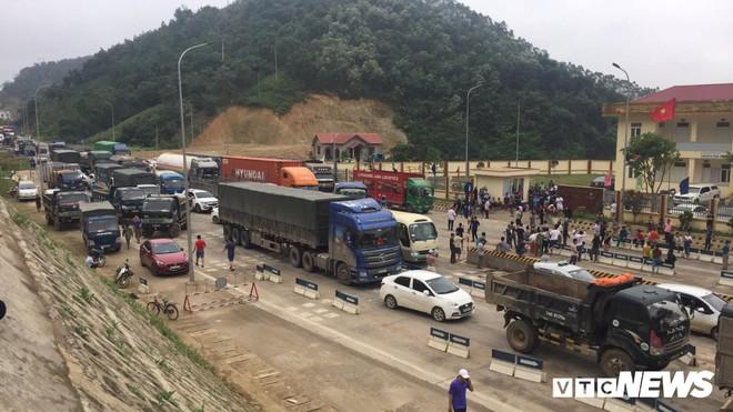 Ảnh: Dân mang ô tô ra chặn trạm BOT Hòa Lạc - Hòa Bình, tắc đường hàng cây số - Ảnh 12.