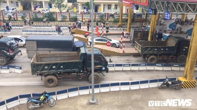 Ảnh: Dân mang ô tô ra chặn trạm BOT Hòa Lạc - Hòa Bình, tắc đường hàng cây số - Ảnh 13.