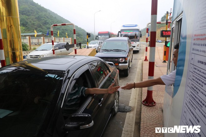 Ảnh: Dân mang ô tô ra chặn trạm BOT Hòa Lạc - Hòa Bình, tắc đường hàng cây số - Ảnh 3.