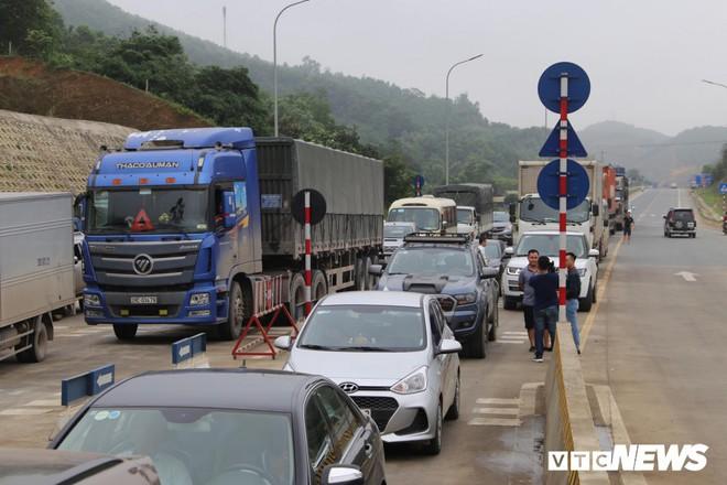Ảnh: Dân mang ô tô ra chặn trạm BOT Hòa Lạc - Hòa Bình, tắc đường hàng cây số - Ảnh 4.