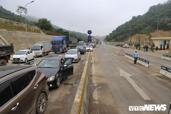 Ảnh: Dân mang ô tô ra chặn trạm BOT Hòa Lạc - Hòa Bình, tắc đường hàng cây số - Ảnh 5.