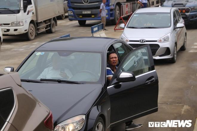 Ảnh: Dân mang ô tô ra chặn trạm BOT Hòa Lạc - Hòa Bình, tắc đường hàng cây số - Ảnh 8.