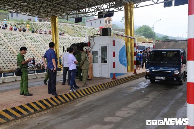 Ảnh: Dân mang ô tô ra chặn trạm BOT Hòa Lạc - Hòa Bình, tắc đường hàng cây số - Ảnh 9.