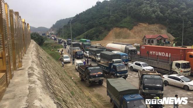 Ảnh: Dân mang ô tô ra chặn trạm BOT Hòa Lạc - Hòa Bình, tắc đường hàng cây số - Ảnh 10.